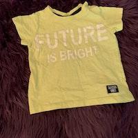 Neongul t-shirt med vitt texttryck från Kappahl stl 74