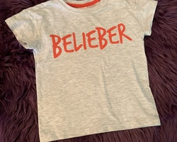 Gråmelerad t-shirt med rött texttryck från HM/Justin Bieber stl 74
