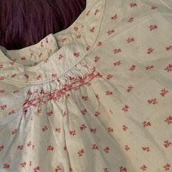 Vit kortärmad topp med rosa små blommor från The little white company stl 74