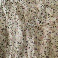 Off white tunn kortärmad blus med små blommor i rosa, lila och gult från Lindex stl 92