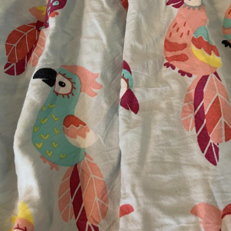 Ljusblå kortärmad klänning med färgglada papegojor från PoP stl 86