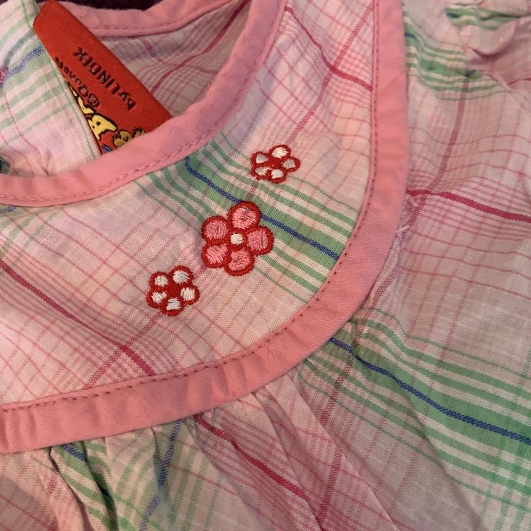Ljusrosa kortärmad klänning, rutig i färgerna rosa, grönt och blått med Bamse broderier från Lindex stl 92