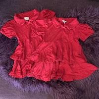 Röd kortärmad klänning med mörkröda prickar, volanger och krage från PoP stl 92