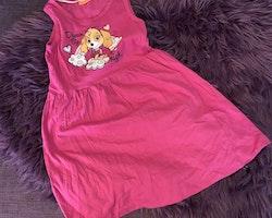 Rosa ärmlös klänning med Skye- och texttryck från Nick Jr & Paw Patrol stl 110/116