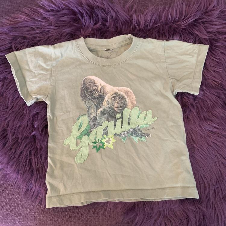 Grön t-shirt med gorilla tryck och applikation från Kolmården stl 98/104