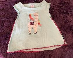 Ljusblå tunika med rosa pom-poms och djurtryck från PoP stl 80