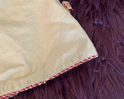Beige ärmlös klänning med hjärtfickor, röda- och vitrutiga kantband och Nalle Puh broderier från HM / DIsney stl 74