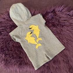 Grå kortärmad kortbent jumpsuit med huva, fickor och delfiner på ryggen från Mini Rodini stl 56/62