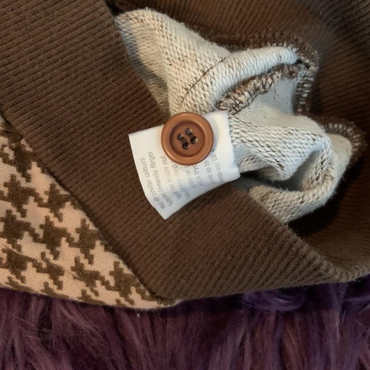 Ljusbrun kofta med mörkbrunt hundtandsmönster, muddar och kantband från Mini Rodini stl 56/62