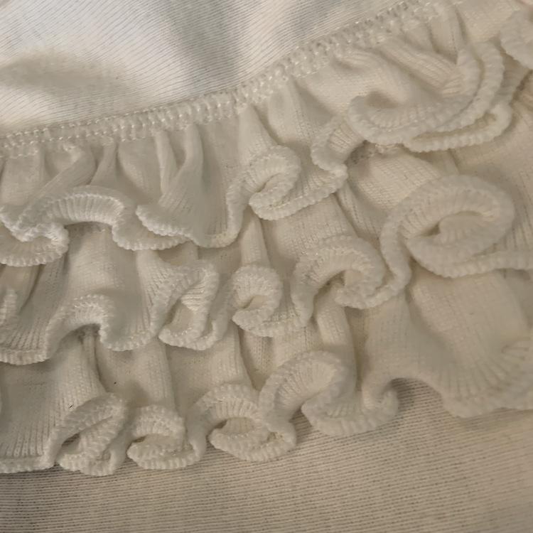 4 delat paket med kortärmad vit klänning med zebror i grönt, turkost, rosa och gult, rosa byxor, turkosa shorts och vita bloomers med volanger från PoP stl 62-62/68