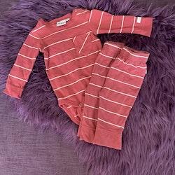 Tre delat set i rostrött med vita ränder bestående av en body och två par leggings från Ebbe stl 62