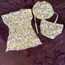 Tre delat set med klänning, bloomers och solhatt i vitt med gula, gröna och blå undulater från Name it stl 62 & 40/44