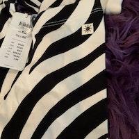 Off white omlottbody med svarta zebraränder och matchande leggings från Lindex stl 62