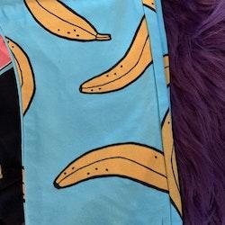 Svart body med färgglada frukter och turkosa collegebyxor med banantryck från Lindex stl 86