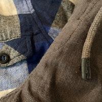 Set med lite tjockare mörkgrå diskret mönstrade byxor och flanelliknande rutig skjorta i vitt, svart och olika blå nyanser stl 86