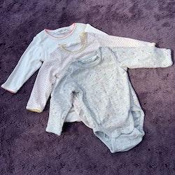 3 delat body paket i vitt och grått med rosa och gula mönster från HM Conscious stl 50