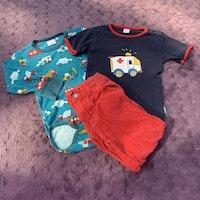 3 delat färgglatt paket med en t-shirt med ambulanstryck, en body med brandbil, polis, grävskopa mm och ett par byxor från PoP stl 86 + 92