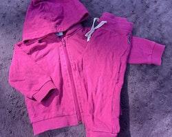 Cerise rosa collegetröja med dragkedja, avtagbar luva och fickor samt byxor från PoP stl 80