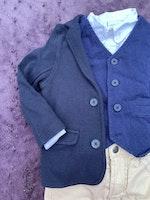 4 delat paket med vit skjorta, blå väst, blå kavaj och beiga chinos från PoP stl 92