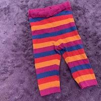 Stickade leggings i orange, lila, blått och rött från PoP stl 74