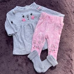 Grå klänning och rosa byxor med kaninmönster och 3d öronapplikationer samt ett par grå strumpor från Petite Mini stl 56