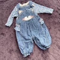 Blå småblommig body med matchande hängselbyxor i denim med volanger och kattansikte från NeXT stl 56