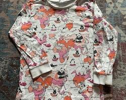 Vit tröja med ett djur- och kartmönster i svart, orange och rosa från Kaxs stl 98/104