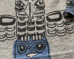 Gråmelerad tröja med totempålar i svart och blått från Kappahl stl 98/104