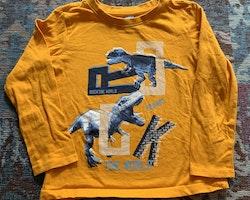 Orange tröja med blått, svart och vitt dinosaurie- samt texttryck från Dopodopo stl 104