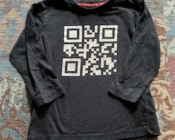 Svart tröja med vit qr-kod från My wear stl 98/104