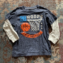 Blåmelerad tröja med fusk ärmar i vitt samt basket tryck och appliktion i blått, vitt och orange från Carter's stl 98