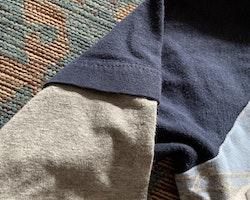 Mörkblå tröja med grå fuskärmar, ett nr 10 tryck på ryggen och en fotbollsspelande schimpans på framsidan från Me too stl 104