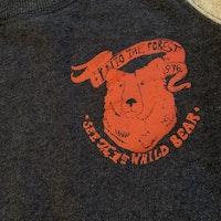 Collegetröja i grått och blått med rött tryck och ficka på magen från PoP stl 104
