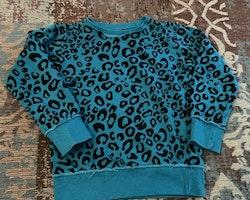 Mycket speciell, petrol och svart leopardmönstrad collegetröja från Lindex stl 104