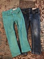 Två par jeans i turkost och blått från PoP stl 98