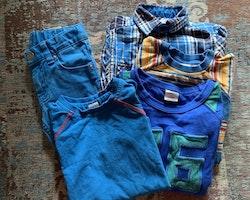 5 delat mestadels blått paket med ett par jeans och resten tröjor från PoP stl 98 + 104