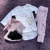 Tre delat set i lila, brunt och vitt med hjärtan och lamm + haklapp och strumpor från Benetton stl 56