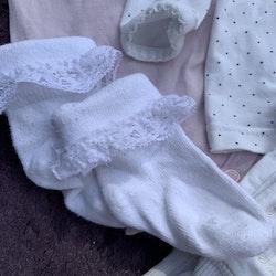 4 delat paket i främst vitt och rosa med en body, en tröja, ett par byxor och strumpor från Lindex stl 56