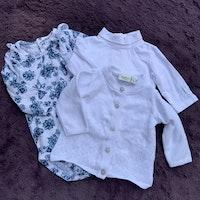 3 delat litet blått och vitt paket med en tröja, en volangbody och en stickad kofta stl 56