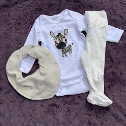 Tredelat set med vita byxor, beige haklapp och en vit body med zebratryck från HM & Pippi stl 56