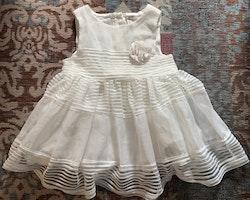 Söt vit klänning med tyll och en dekorativ blomma från HM stl 68