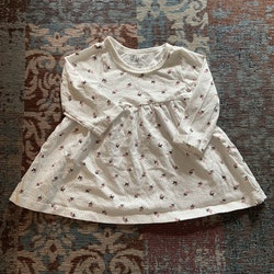 Vit klänning med små svarta prickar och rosa blommönster från HM stl 68
