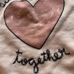 Rosa collegetröja rosa sammetshjärta och svart broderad text från Zara stl 68