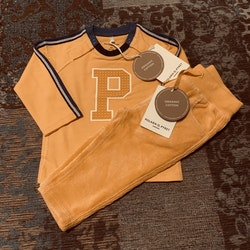 Gult set med manchester byxor och en tröja med ett stort P från PoP stl 62