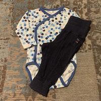 Omlottbody i vitt, rosa och olika blå nyanser med mörkblå byxor från PoP stl 62