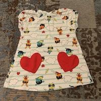 Kortärmad vit klänning med turkosa ränder, röda hjärtformade fickor och färgglada superhjältedjur från PoP stl 62