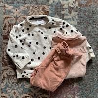Tredelat set i vitt, rosa och svart med en vit collegetröja med noter samt en rosa tröja och byxa från Zara stl 68