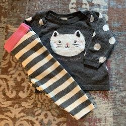 Stickad set i vitt, grått och rosa med ränder, prickar och kattdekoration från HM stl 68