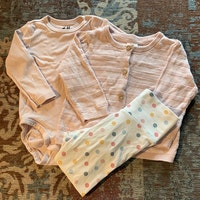 Tredelat set med rosa body och kofta samt vita byxor med färgglada prickar från HM stl 68