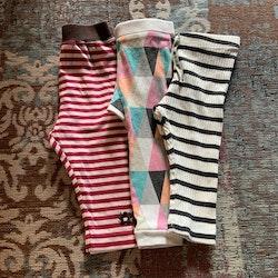 3 delat paket med leggings i olika färger och mönster stl 68